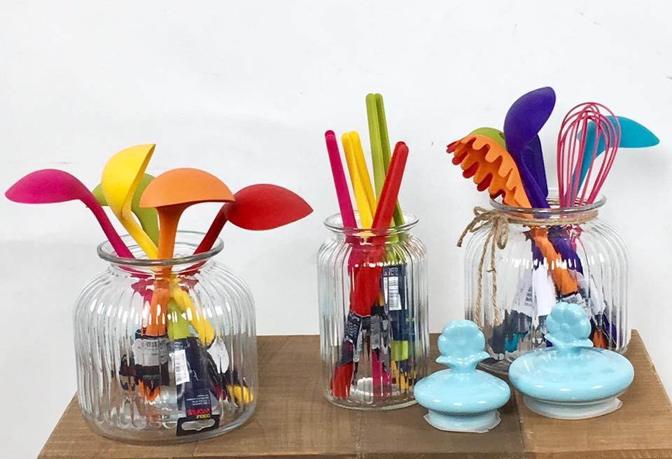 Colorati resistenti funzionali tanti utensili per la - Descrivi la tua cucina ...